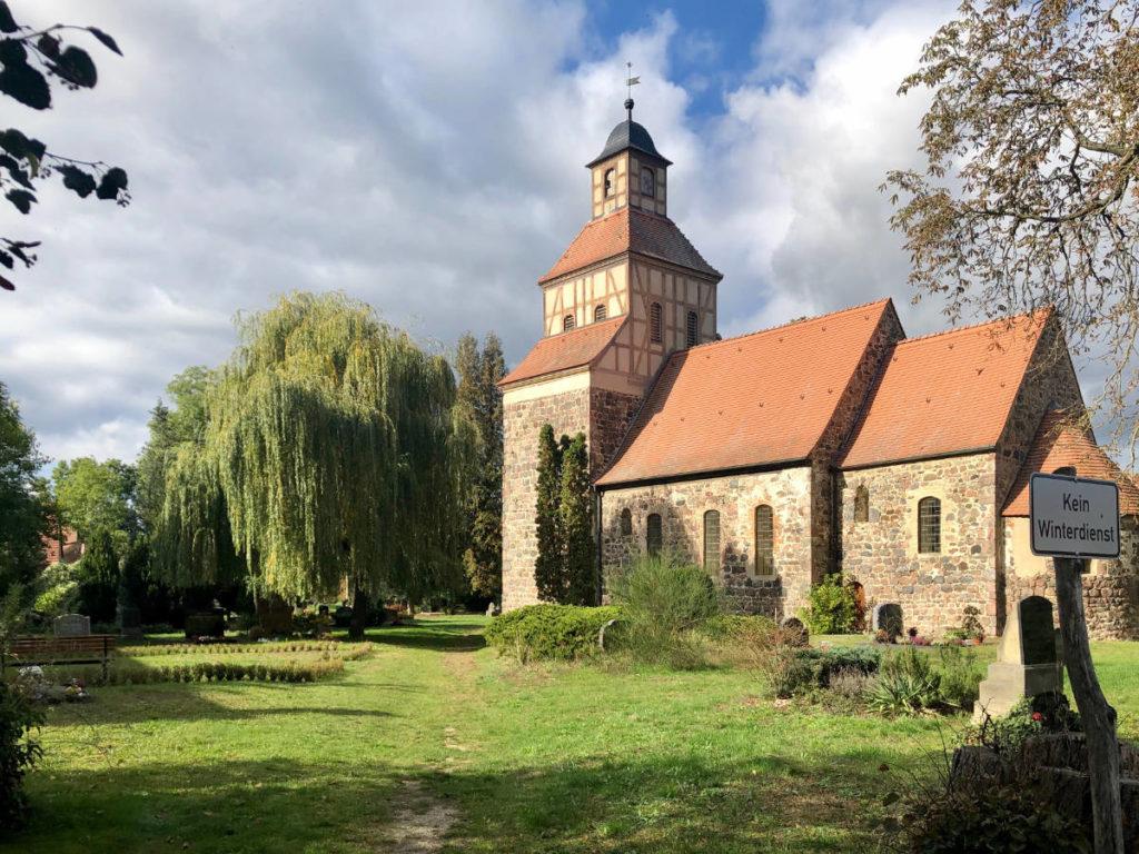 Makler Wildenbruch: die alte Dorfkirche mit Friedhof