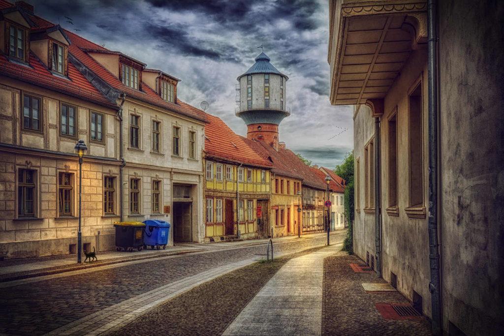 Makler Havelland: Die Altstadt von Nauen mit restaurierten Fachwerkhäusern und dem historischen Wasserturm