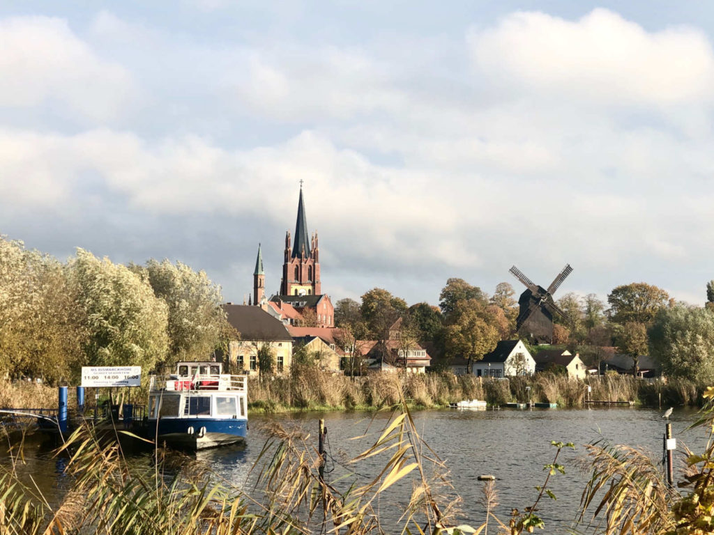 Makler Werder Havel- Brücke unter den Linden mit Blick auf die Heilig-Geist-Kirche und die Bockwindmühle