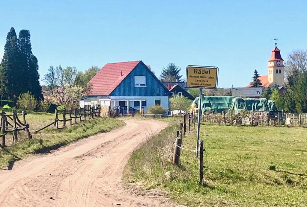 Makler Rädel: Dorfeingang Kirche