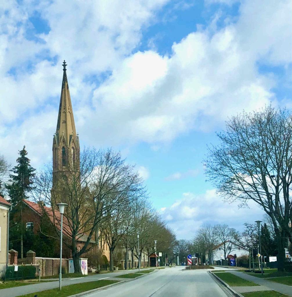 Makler Lietzow: Dorfstraße und Kirche