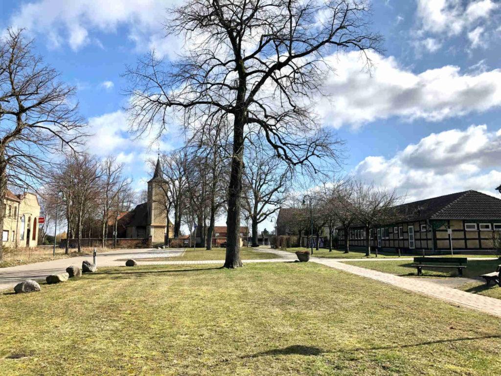 Makler Nennhausen - Fouqué-Platz mit der Dorfkirche